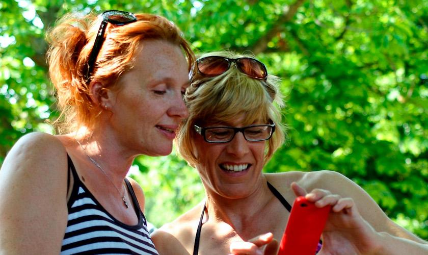 Estudio revela lo que más valoran las mamás de sus smartphones: fotos y videos