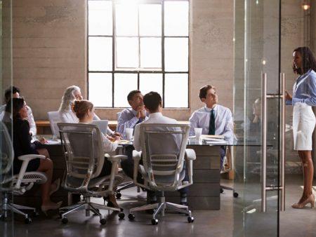 ¿Ocupas un cargo de jefatura? Experto enseña cómo liderar un equipo en medio de una crisis social